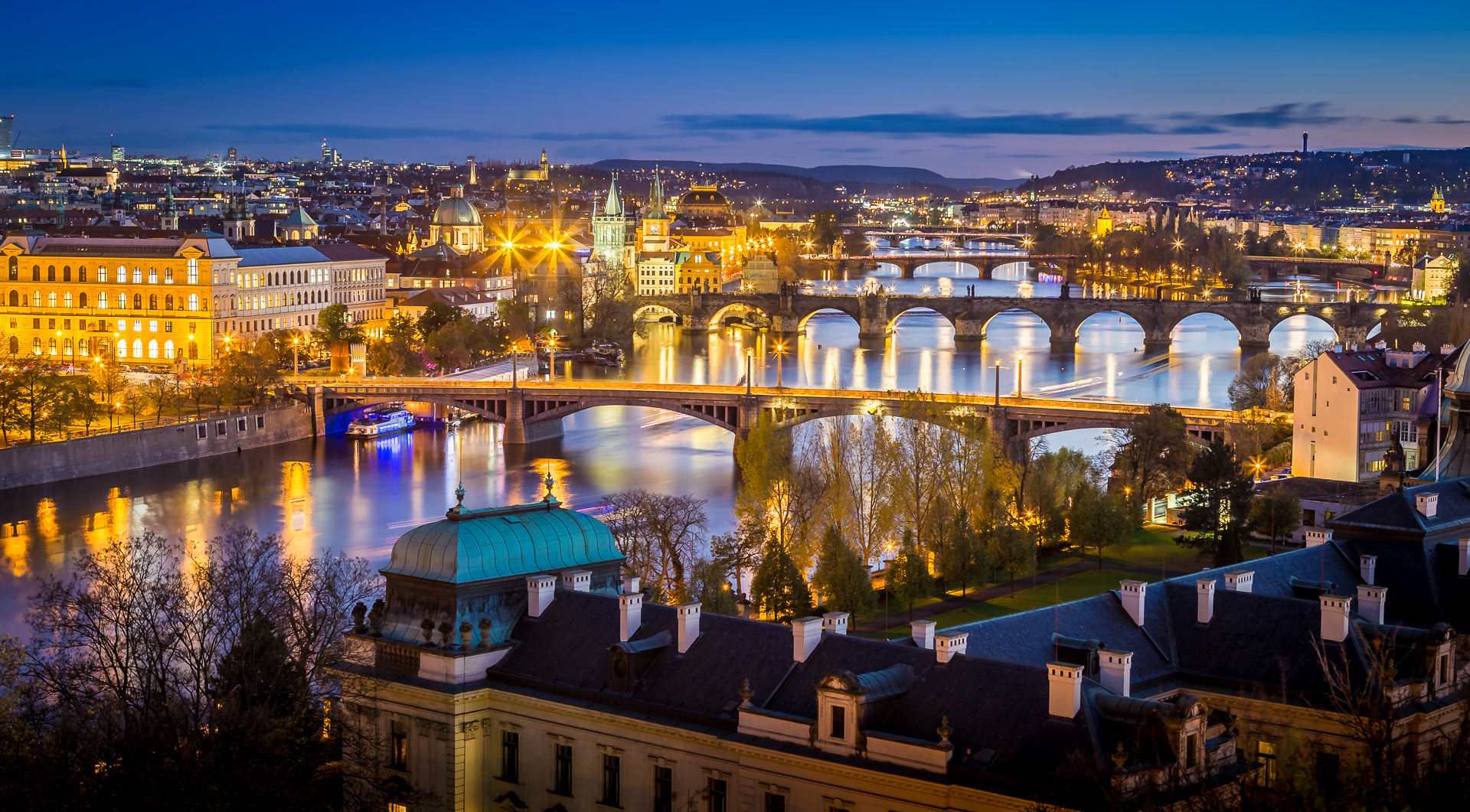 Prag by night